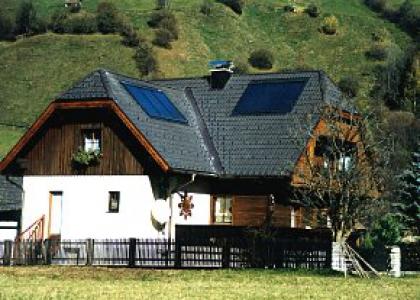 Solární kolektory TWI na sedlové střeše v podhůří Jesenicka