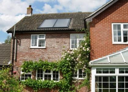 Solární systém TWI pro ohřev vody v Anglii