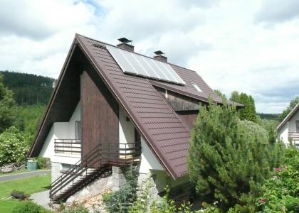 Solární kolektory na chatě v Karlově