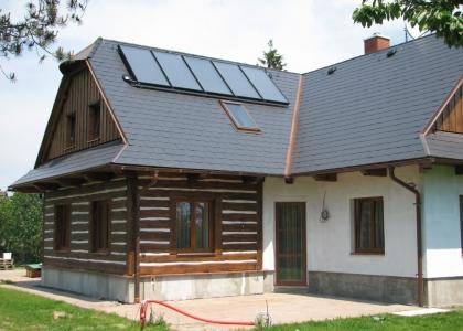 Solární systém TWI pro ohřev vody a přitápění na roubence.