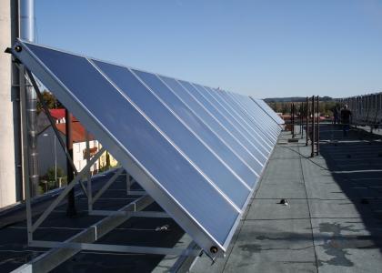Solární kolektory TWI SunWing T4 na střeše nemocnice v Jindřichově Hradci