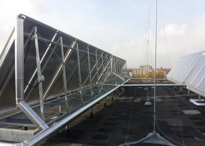 Solární kolektory SunWing T4 .Ukázka konstrukce na střeše bytového domu