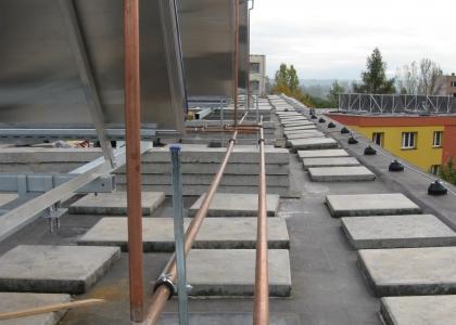Solární kolektory TWI SunWing T4 .Ukázka konstrukce na střeše bytového domu